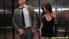 W biurowej windzie ustąpiło napięcie seksualne