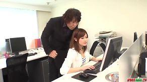 Szef zmusza swoją sekretarkę do ssania