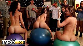 Trzy dziewczyny dają pokaz porno na imprezie w college'u
