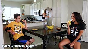 Maya Bijou jest napaloną nastolatką, która rucha się ze swoim przyrodnim bratem podczas śniadania