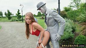 Zboczona kasztanowata Alessandra Jane podnieca żywy posąg, by ją pocałować