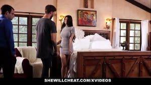 Niezadowolona żona rucha się z kochankiem na oczach męża