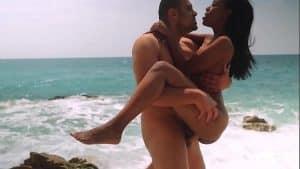 Dzień na plaży z seksem analnym przy skałach?