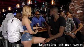 Poszła do baru napić się wody i skończyła się ruchana przez wszystkich?